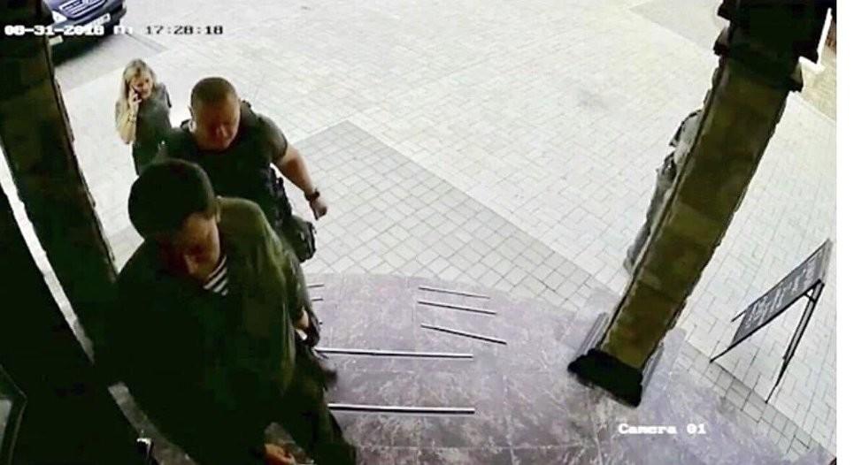 """<p><span>Стоп-кадр записи камеры видеонаблюдения перед входом в кафе """"Сепар"""" в Донецке</span></p>"""