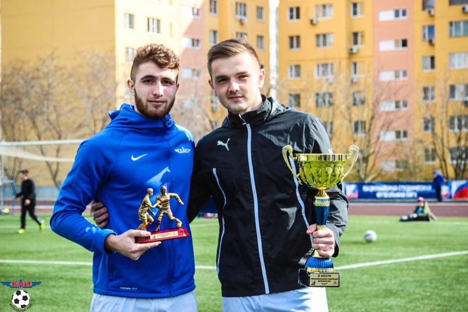 Норик Авдалян (слева) с трофеем. Фото: © VK / Норик Авдалян