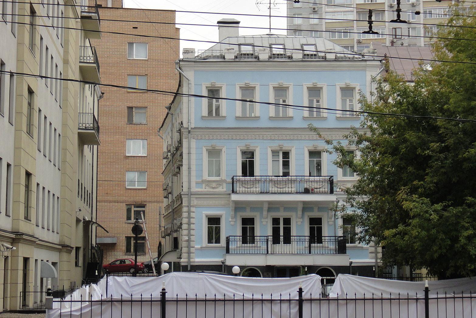 """Дом из фильма """"Покровские ворота"""" (вид с Гоголевского бульвара; первый этаж скрыт за забором). Фото: © Wikipedia.org"""