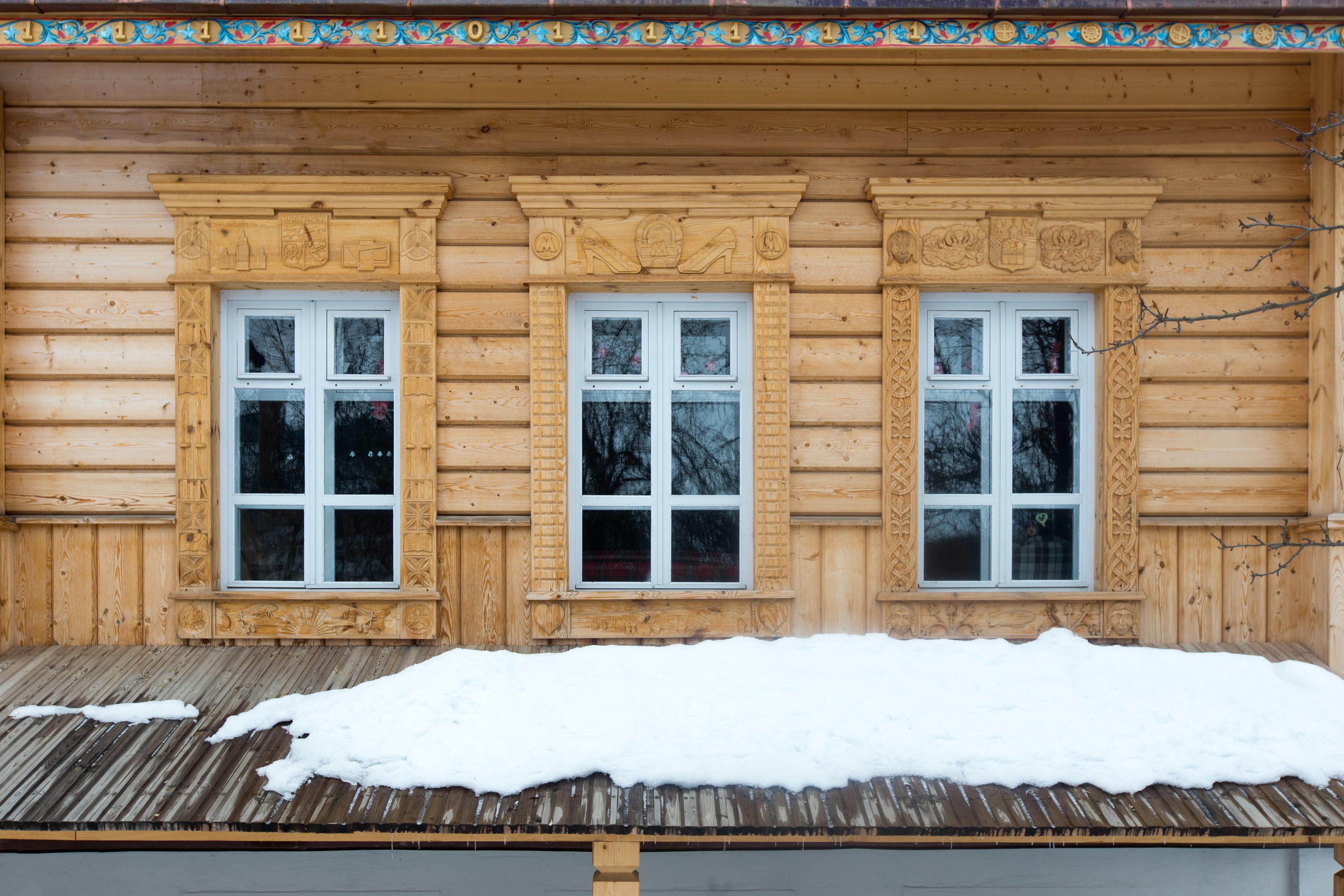Самый новый наличник в коллекции (Суздаль, Владимирская область, менее десяти лет). Фото: ©Иван Хафизов