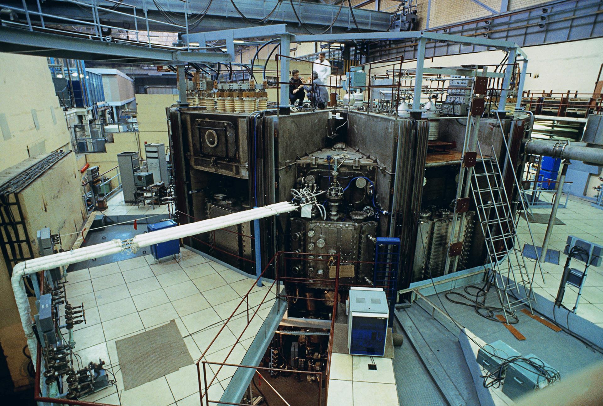"""Термоядерная установка """"Токамак-15"""" в Институте атомной энергии им. И.В.Курчатова. Фото: © РИА Новости/Борис Приходько"""