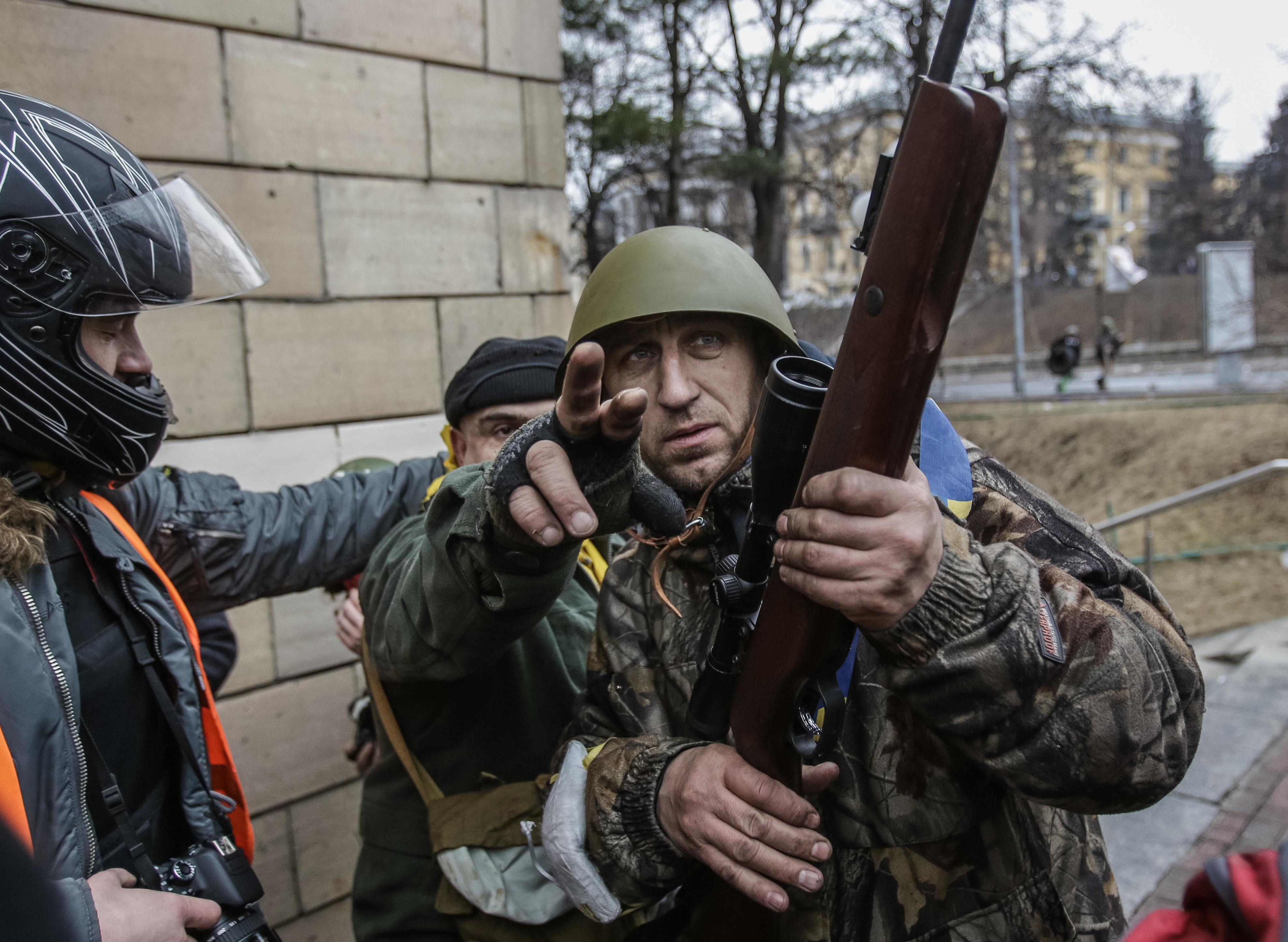 Сторонники Евромайдана ведут огонь из оружия. Фото: ©РИА Новости/Андрей Стенин