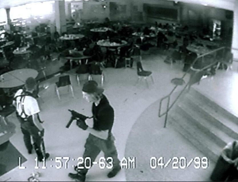 "Эрик Харрис и Дилан Клиболд в школе ""Колумбайн"". Фото: © Wikipedia"