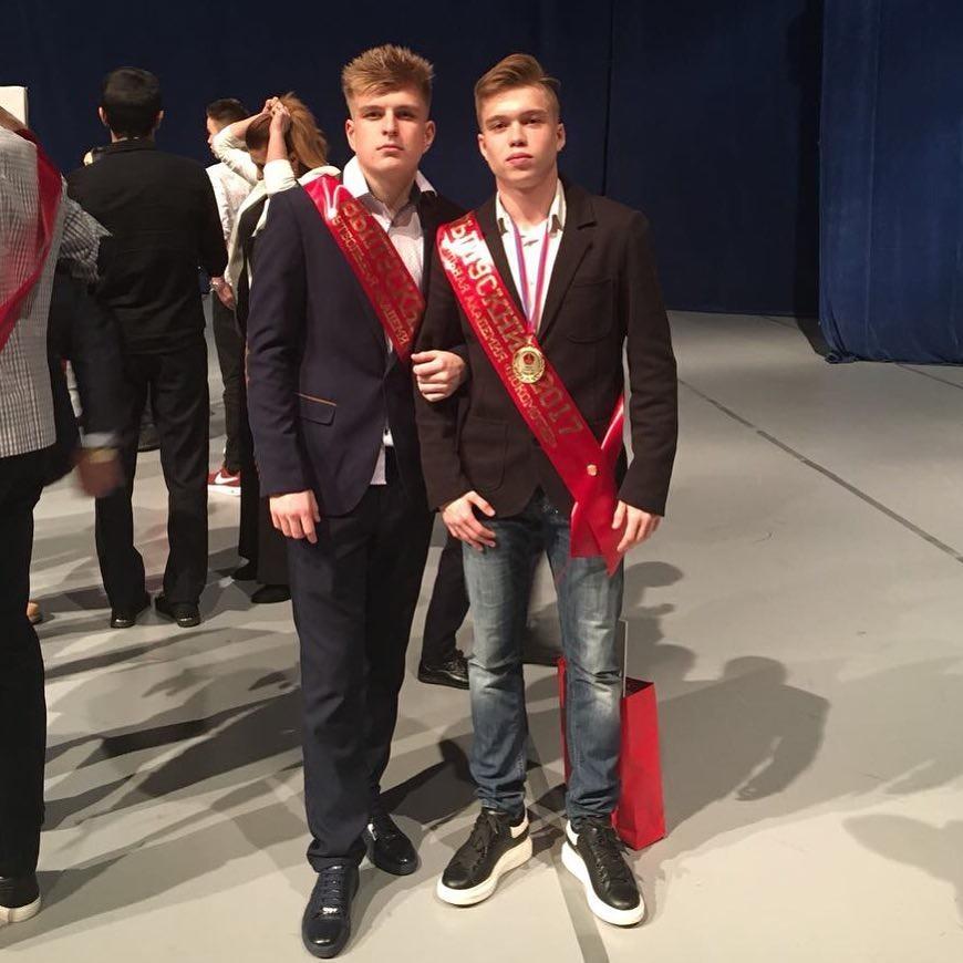 Фото © Instagram/Лёша (справа) на выпускном