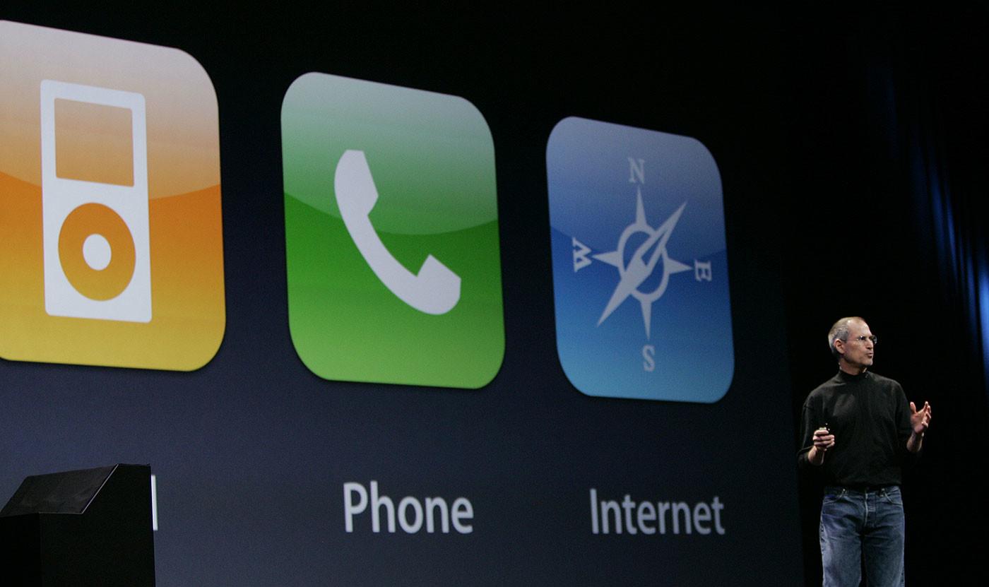 Стив Джобс презентует первый iPhone 9 января 2007 года. Фото: © AP Photo/Paul Sakuma