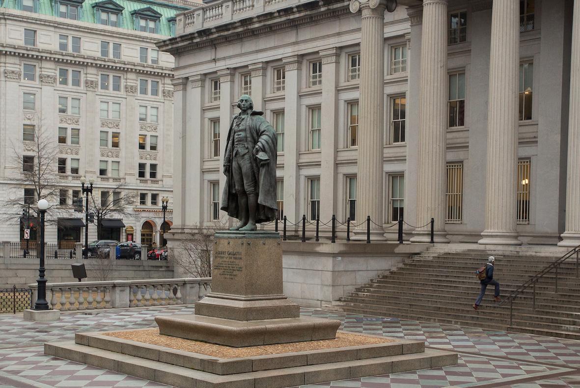<p>Памятник 4-му министру финансов США Альберту Галлатину в Вашингтоне. Фото: &copy;РИА Новости/Алексей Агарышев</p>