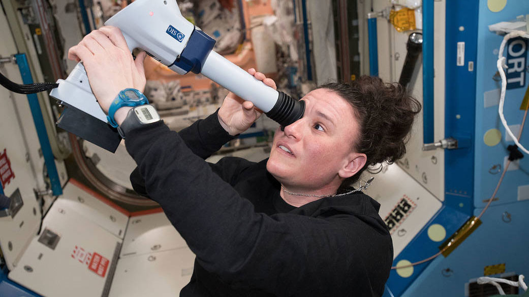 """<p>Фото: &copy;&nbsp;<a href=""""https://www.nasa.gov/image-feature/astronaut-serena-au-n-chancellor-examines-her-eyes"""" target=""""_blank"""">nasa.gov</a></p>"""