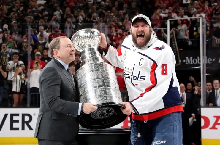 """Российский хоккеист """"Вашингтон Кэпиталз"""" Александр Овечкин наконец-то выиграл Кубок Стэнли. Для этого ему понадобилось целых 13 лет! Это уж точно событие года, о котором не стоит забывать. Фото: © Twitter/Washington Capitals"""