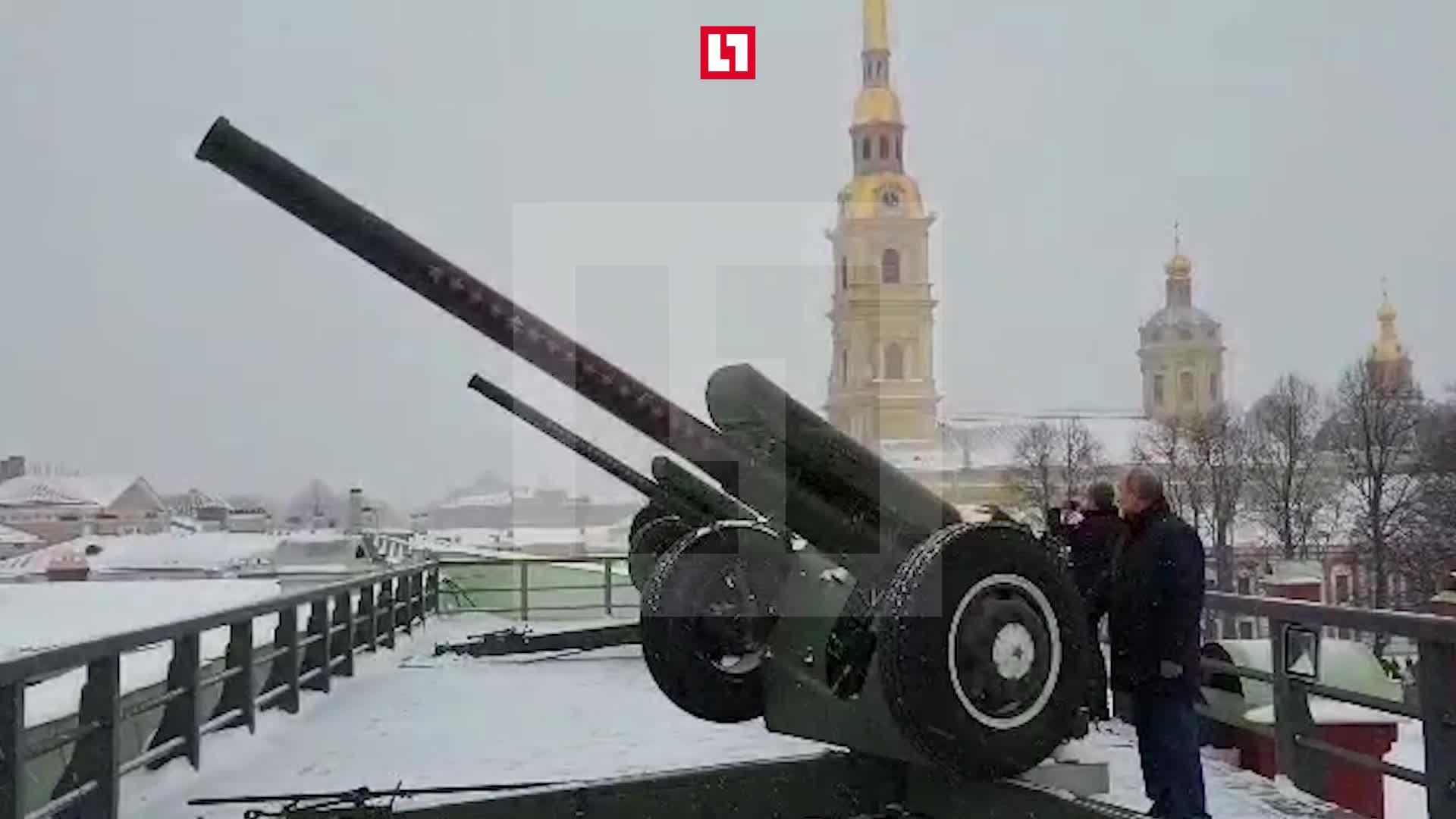Путин произвел залп из пушки Петропавловской крепости