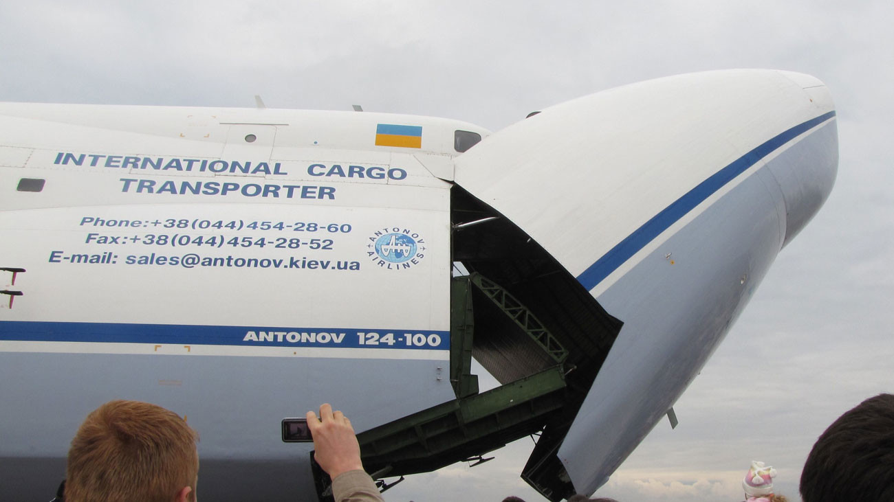 Ан-124-100 закрывает передний люк. Фото: © wikipedia