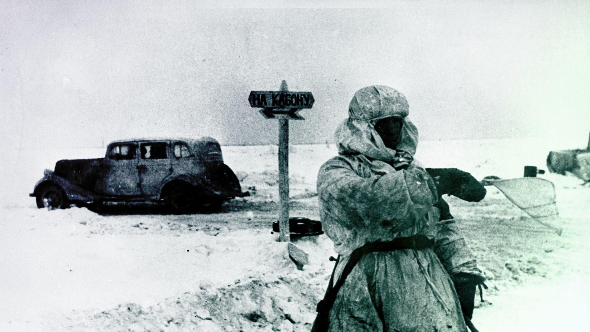 Регулировщик на Дороге жизни через Ладожское озеро. Фото: © РИА Новости