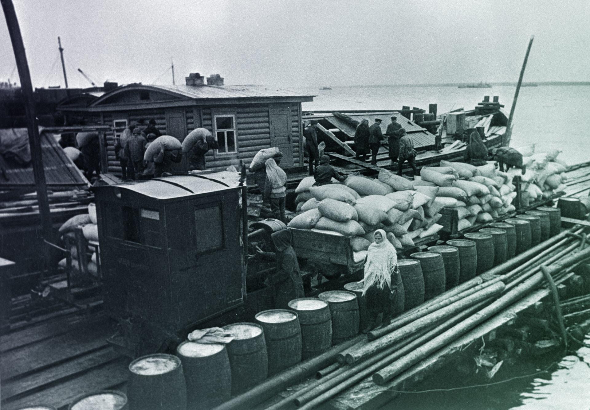 Доставка продовольствия по Ладожскому озеру на барже в осаждённый Ленинград. Фото: © РИА Новости / Борис Кудояров