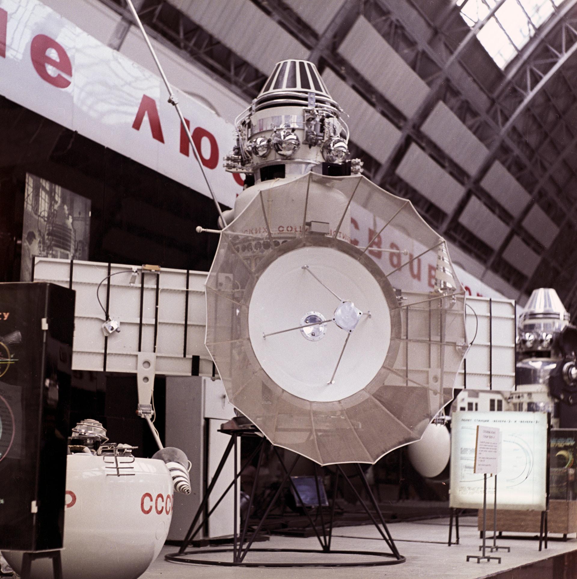 """Точная копия автоматической межпланетной станции (АМС) """"Венера-4"""". Фото: © РИА Новости/Борис Кавашкин"""