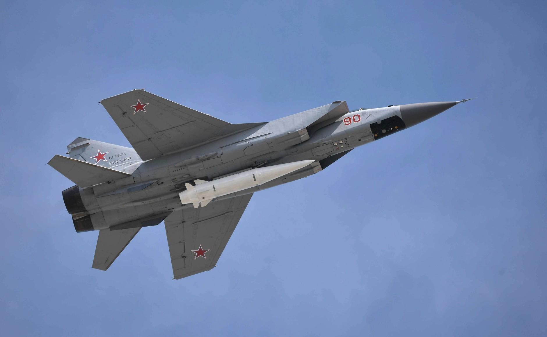 """Взлёт МиГ-31К с гиперзвуковой ракетой """"Кинжал""""."""