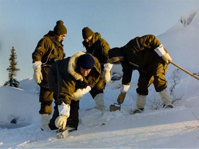 Участники операции ищут обломки спутника с помощью ручных детекторов радиоактивности. Фото © Wikimedia Commons