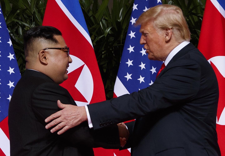 <p>Ким Чен Ын и Дональд Трамп во время саммита в Сингапуре. Фото: ©AP /Evan Vucci</p>