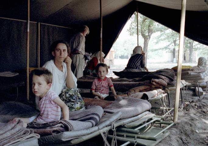 """<p>Лагерь беженцев в Югославии, 1999 год. Фото: © РИА """"Новости""""/Сергей Грызунов</p>"""
