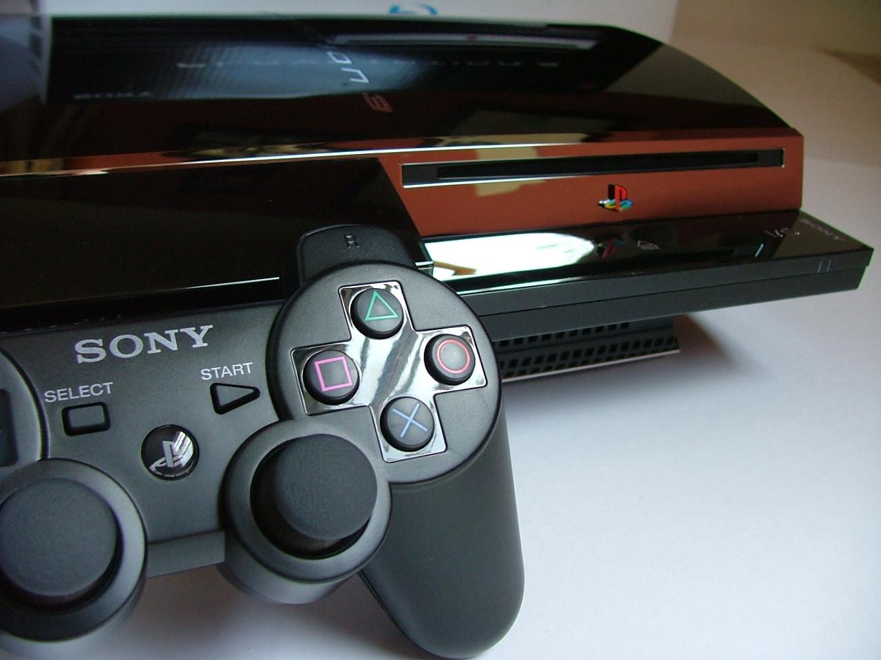 "<p>Фото: © <a href=""https://ru.wikipedia.org/wiki/%D0%A4%D0%B0%D0%B9%D0%BB:Playstation_3_and_controller.jpg"" target=""_self"">Википедия</a></p>"