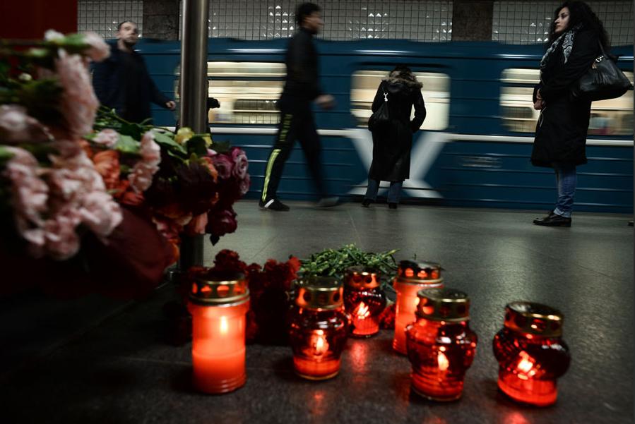 """<p>Цветы и свечи на станции """"Парк культуры"""" в память о жертвах теракта. Фото: ©РИА Новости/Максим Блинов</p>"""
