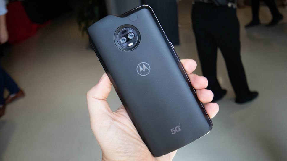 """<p>Фото © <a href=""""https://www.techradar.com/news/moto-z3-is-officially-the-first-5g-phone-in-the-world-beating-samsung-by-2-days?utm_source=Selligent&utm_medium=email&utm_campaign=2749&utm_content=techradar+daily+20190404+&utm_term="""" target=""""_self"""">TechRadar </a></p>"""
