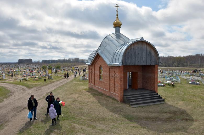 <p>Жители города Тары Омской области на кладбище в день поминовения. Фото: ©РИА Новости / Алексей Мальгавко</p>