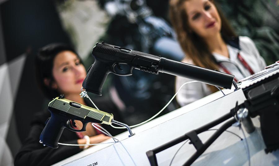 """<p>Пистолеты """"Вектор"""" (слева) и """"Удав"""". Фото: © РИА """"Новости"""" / Рамиль Ситдиков</p>"""