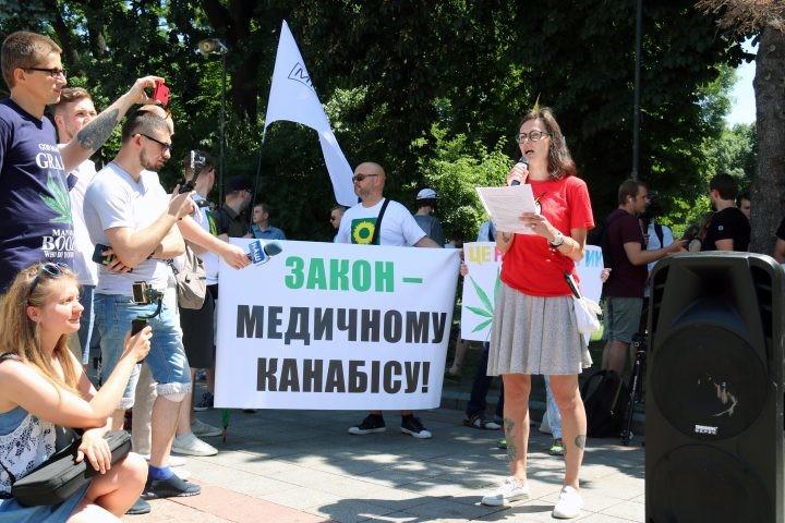 """<p>Фото: © <a href=""""https://konopravda.com/2019/06/15/zakon-medychnomu-kanabisu-v-kyyevi-projshov-marsh-svobody-foto/?fbclid=IwAR0f8Ue9b-oysC0eCVjrt05npaTAGz_m1VebCK4WLX9d42sqPy9P5sBZOHY"""" target=""""_self"""">Конопляна Правда</a></p>"""