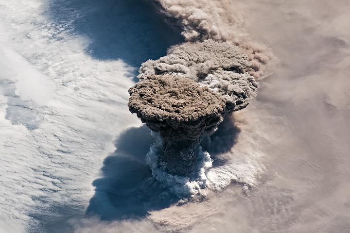 "<p>Фото © <a href=""https://earthobservatory.nasa.gov/images/145226/raikoke-erupts"" target=""_self"">NASA</a></p>"