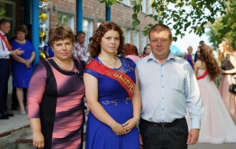 <p>Виктор и Наталья Демко со старшей дочерью Натальей&nbsp;</p> <p>Фото из соцсетей&nbsp;</p>