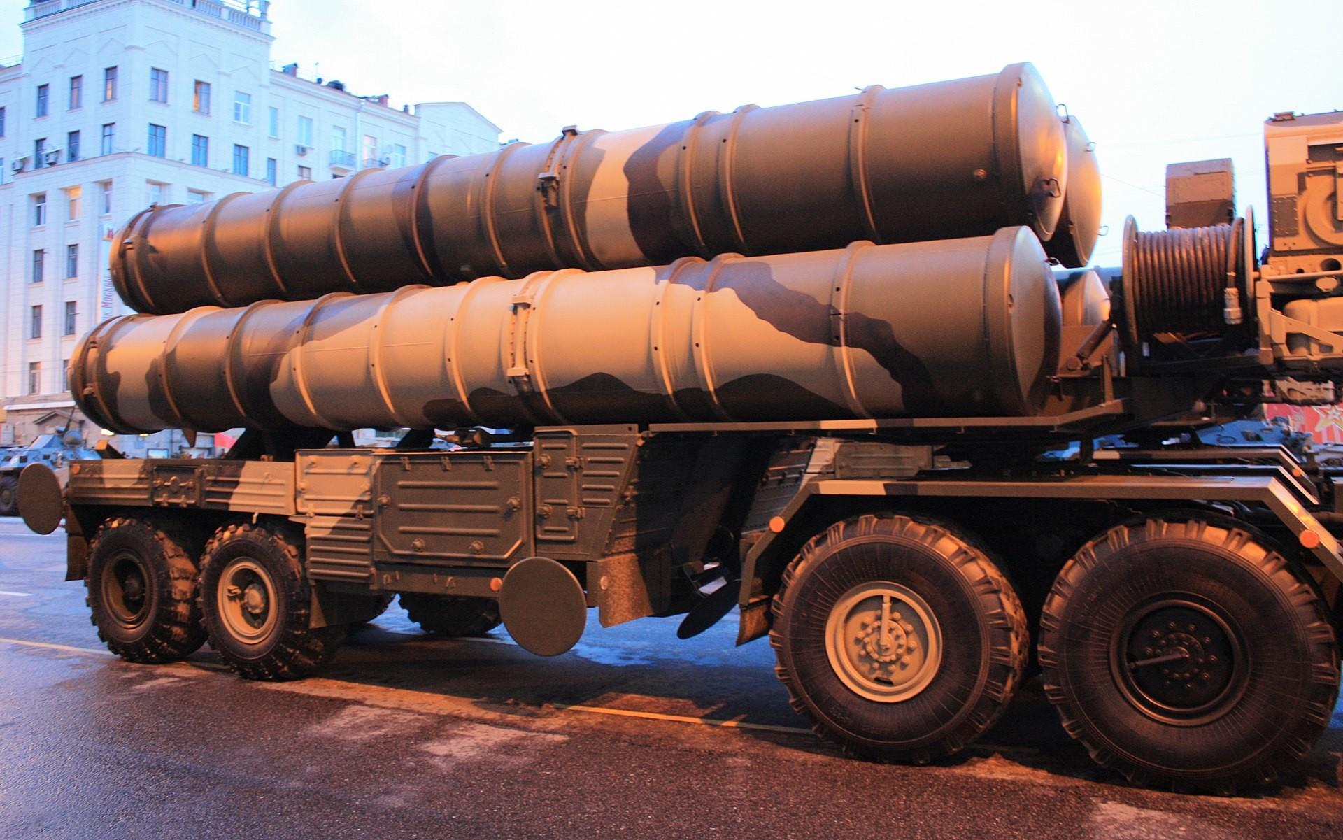 "<p>Фото © <a href=""https://ru.wikipedia.org/wiki/С-400#/media/Файл:Пусковые_установки_зенитных_ракет_ЗРК_С-400_Триумф.jpg"" target=""_self"">Wikipedia</a></p>"