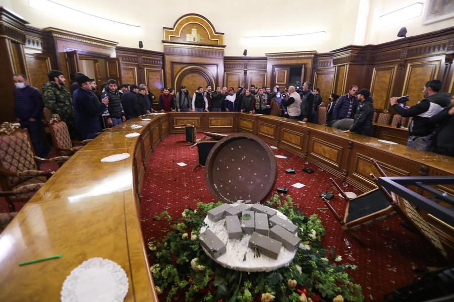 <p>Погром в здании Правительства Армении. Фото © ТАСС / Станислав Красильников</p>