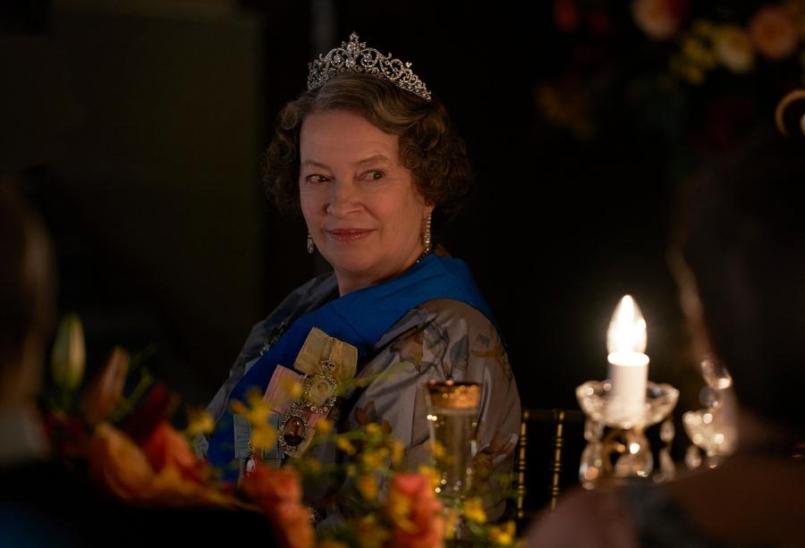 """Королева Елизавета Вторая в исполнении Мэрион Бэйли. Кадр из сериала """"Корона"""" © Netflix"""