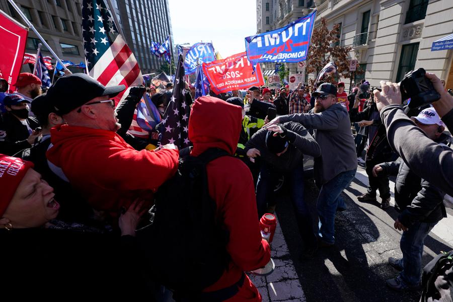 <p>Столкновения на митинге стороннков Дональда Трампа в Вашингтоне. Фото © ТАСС / AP Photo / Julio Cortez</p>