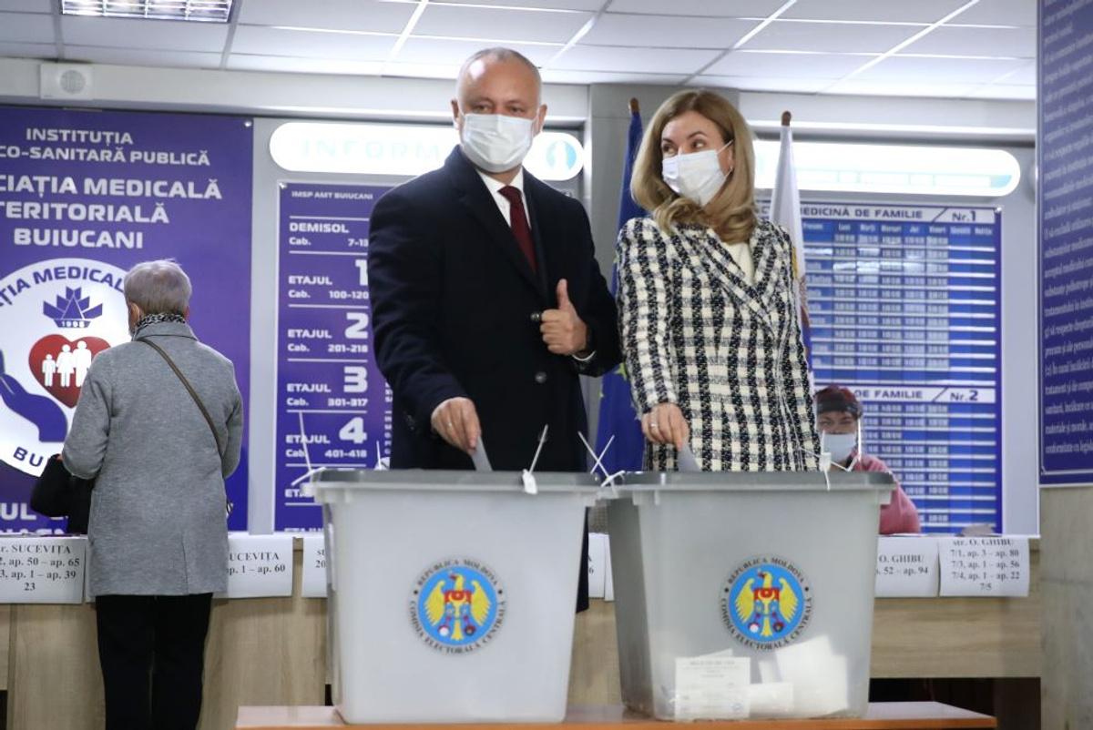 <p>Игорь Додон с супругой во время голосования. Фото © ТАСС / Валерий Шарифулин</p>
