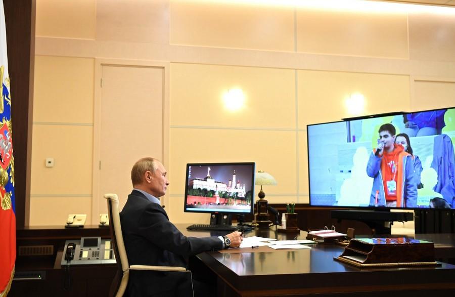 """Президент Владимир Путин — во время общения сфиналистами конкурса """"Большая перемена"""" Фото © Пресс-служба Кремля"""