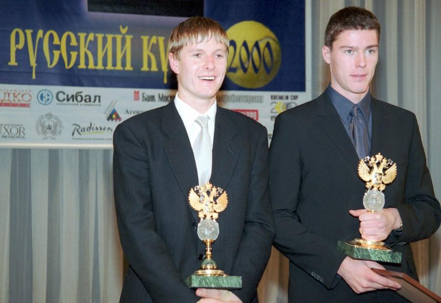 """Кафельников и Сафин с теннисными """"оскарами"""" в декабре 2000 года. Фото © ТАСС / Роман Денисов"""