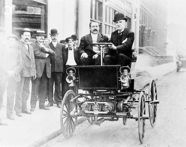 Джордж Болдуин Селден за рулём автомобиля в 1905 году. Фото © Wikipedia