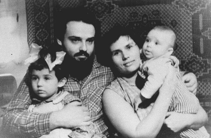 Александр Мень с женой и детьми. Фото ©kulturologia.ru