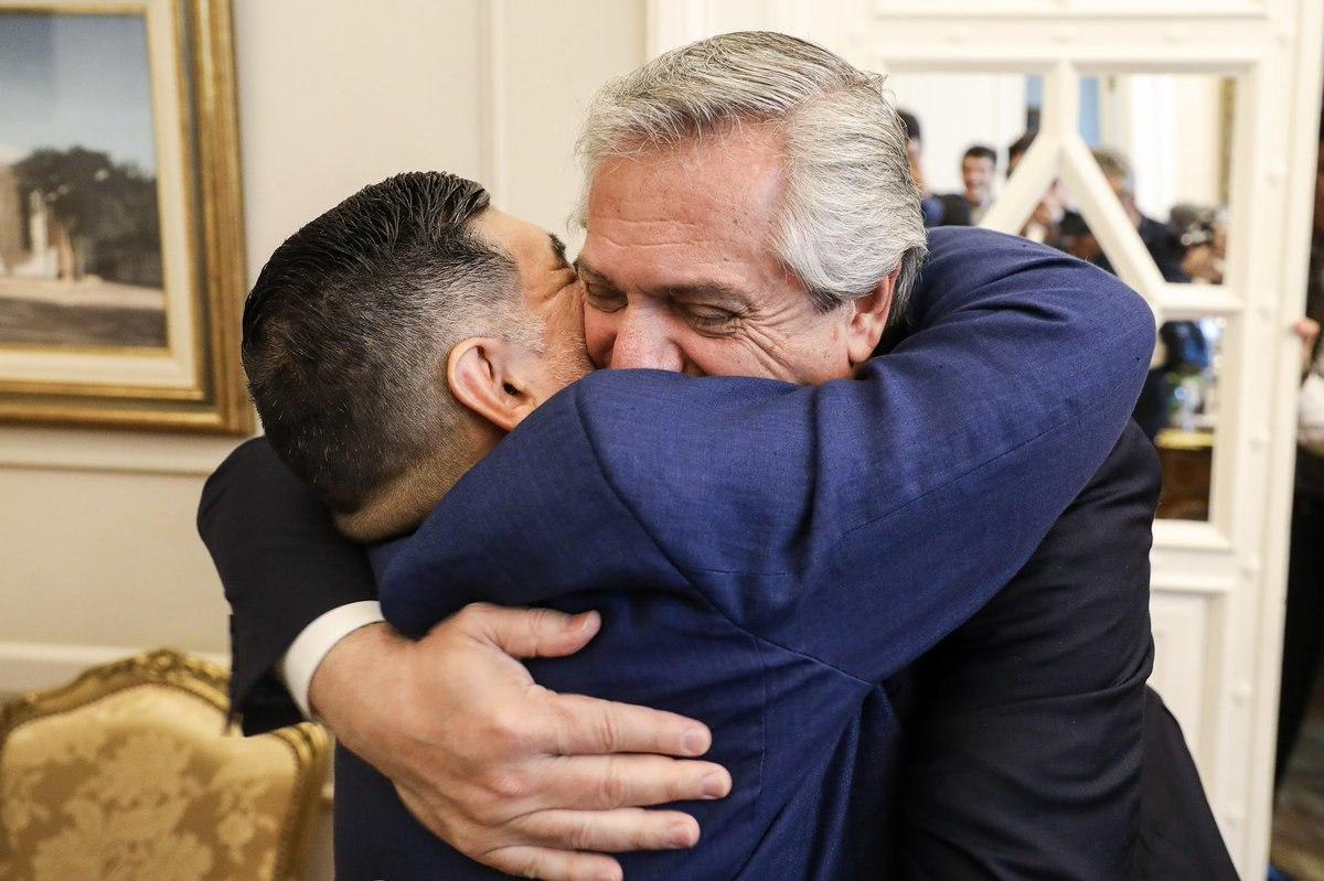 """""""Спасибо, что ты был, Диего"""". Президент Аргентины выразил соболезнования после смерти Марадоны"""