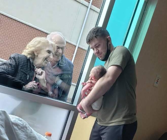 Родители пришли посмотреть на внука с мопсом, и по выражению его мордочки всё сразу стало понятно