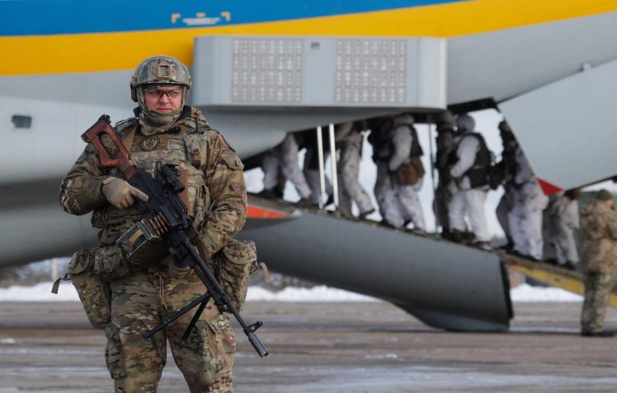 <p>Украинские военные. Фото © ТАСС / EPA / SERGEY DOLZHENKO</p>