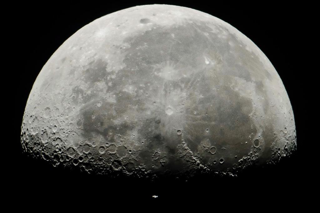 Китайский аппарат вышел на орбиту Луны. Следующая цель — посадка