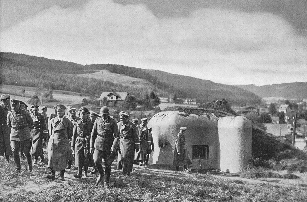 Золотые монеты и фото Гитлера. В Аргентине нашли секретные бункеры нацистов
