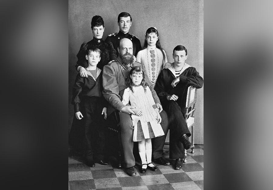 Александр III и Мария Фёдоровна с детьми. Фото © Wikipedia