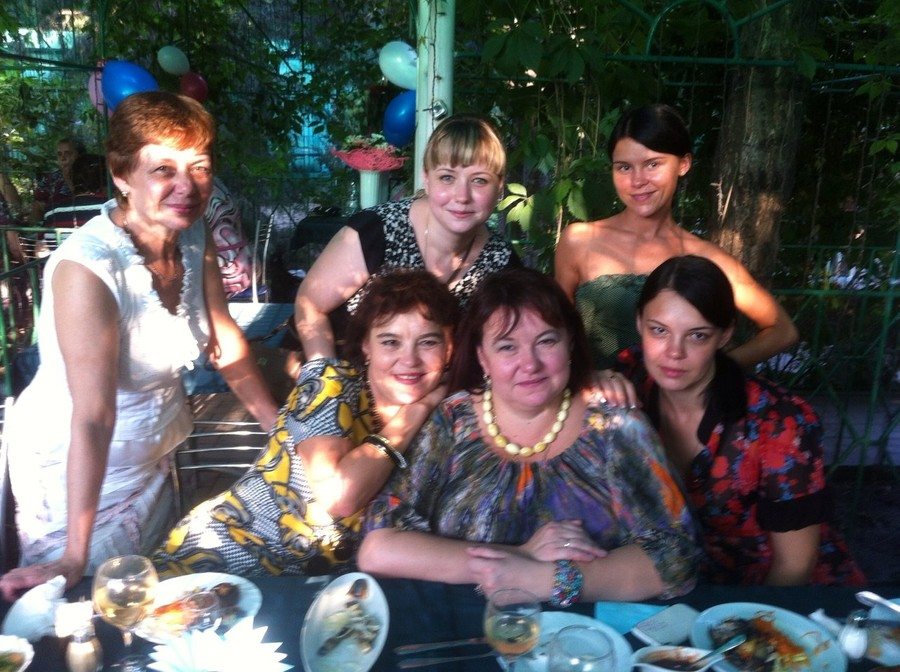 Надежда Левицкая с сестрой в окружении племянниц. Фото © VK / Ольга Афанасьева