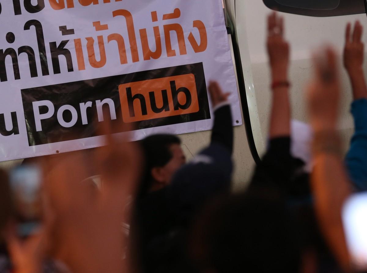 <p>Акция протеста в Таиланде против блокировки Pornhub. Фото © ТАСС / EPA / NARONG SANGNAK</p>
