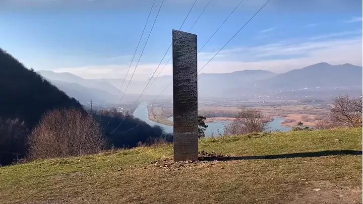 Переехал из США? В Румынии нашли новый таинственный монолит неизвестного происхождения