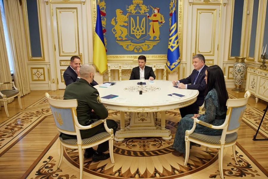 <p>Встреча Виталия Маркива (спиной, слева) с Владимиром Зеленским (по центру). Фото © Пресс-служба Офиса президента Украины</p>