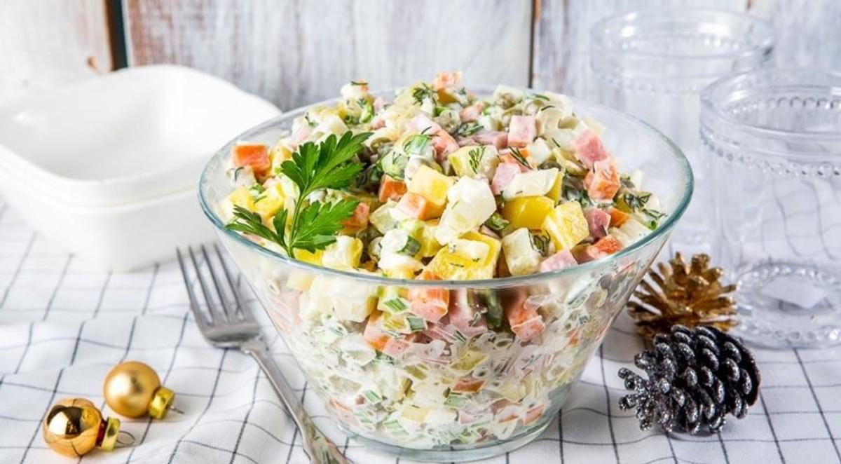 "<p>Фото © <a href=""https://www.gastronom.ru/recipe/31788/olive-klassicheskij"" target=""_blank"" rel=""noopener noreferrer"">gastronom.ru</a></p>"