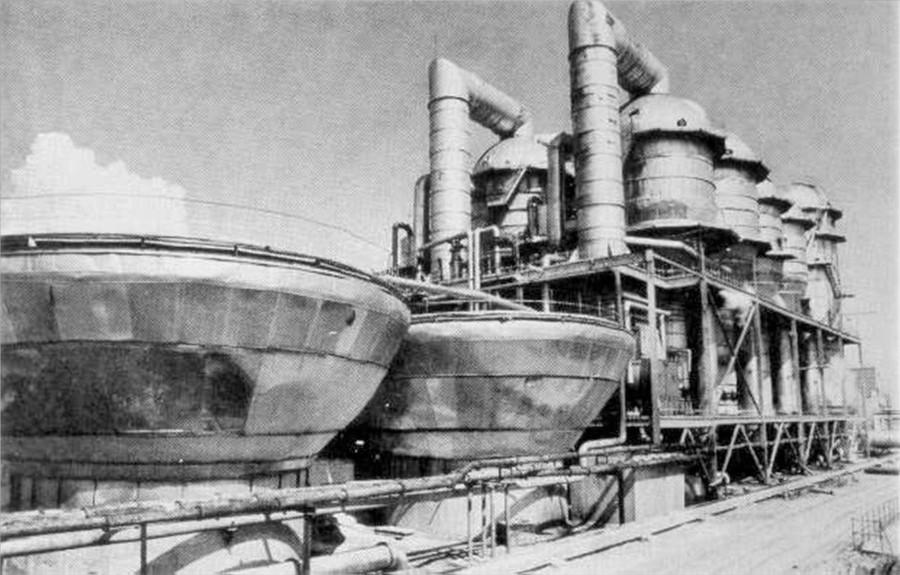 Опреснители морской воды с испарительными установками в городе Шевченко (ныне Актау). Фото © Википедия